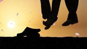 Les couples romantiques se reposant dans le coucher du soleil avec les pétales de rose et la pluie en baisse, beau fond romantiqu