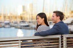 Les couples romantiques sur le banc mettent en communication Vell, Barcelone Photographie stock