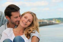 Les couples s'approchent de l'eau Photo libre de droits