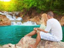 les couples s'approchent de la cascade à écriture ligne par ligne Image stock