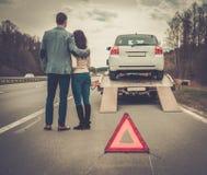 Les couples s'approchent de la dépanneuse Image stock