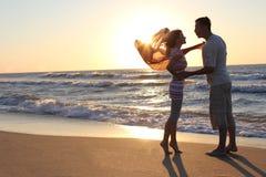 Les couples s'approchent de la mer Images libres de droits