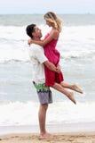 Les couples s'approchent de la mer Image libre de droits