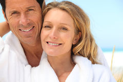Les couples s'approchent de la mer Photo stock