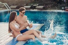 Les couples s'approchent de la piscine Images stock