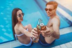 Les couples s'approchent de la piscine Photo stock