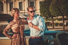 Les couples s'approchent de la voiture classique Photographie stock libre de droits