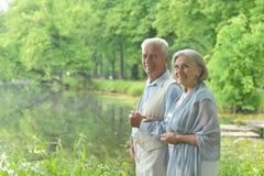 Les couples s'approchent du lac Image libre de droits