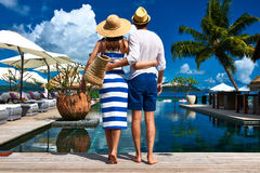 Les couples s'approchent du poolside images libres de droits