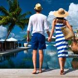 Les couples s'approchent du poolside image stock