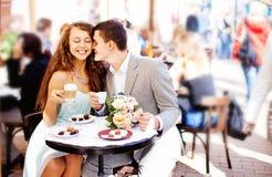 Les couples se reposent en café Photographie stock libre de droits