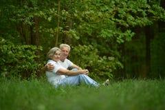 Les couples se reposent sur une terre Photos libres de droits