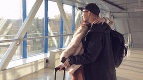 Les couples se sont réunis dans l'aéroport clips vidéos