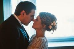 Les couples se toilettent et jeune mariée dans le studio léger Images stock