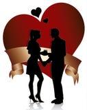 Les couples silhouettent avec le coeur et la bande Images stock