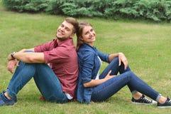 Les couples situant de retour soutiennent dedans en nature Image stock