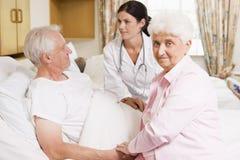les couples soignent parler aîné à Photos stock