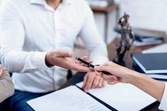Les couples sont allés à un avocat signer un accord sur le divorce images stock