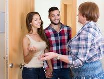 Les couples sont venus chez la mère à la maison parentale Photos libres de droits