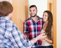 Les couples sont venus chez la mère à la maison parentale Photographie stock