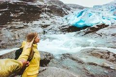Les couples suivent des mains se tenant en montagnes de glacier Photos stock