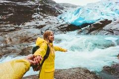 Les couples suivent tenir des mains ensemble dans le mode de vie de voyage d'amour Photographie stock libre de droits