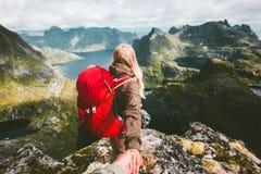 Les couples suivent tenir des mains sur la montagne de falaise en Norvège Photos libres de droits