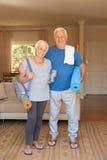 Les couples supérieurs actifs se sont préparés au yoga se tenant ensemble à la maison Photographie stock libre de droits