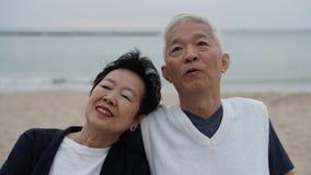 Les couples supérieurs asiatiques apprécient leur temps de la vie ensemble à la mer Images stock
