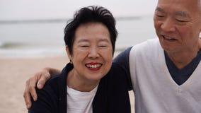 Les couples supérieurs asiatiques apprécient leur temps de la vie ensemble à la mer Photos libres de droits