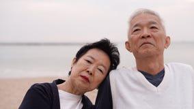 Les couples supérieurs asiatiques apprécient leur temps de la vie ensemble à la mer Photos stock