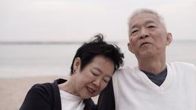 Les couples supérieurs asiatiques apprécient leur temps de la vie ensemble à la mer Photo stock