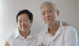 Les couples supérieurs asiatiques heureux sur le fond blanc aiment et étreignent Photo libre de droits