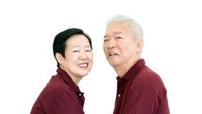Les couples supérieurs asiatiques heureux sur le fond blanc aiment et étreignent Photographie stock libre de droits