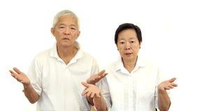Les couples supérieurs asiatiques n'aiment pas une affaire Le renversement et ne satisfont pas Photographie stock libre de droits
