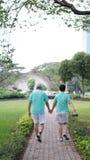 Les couples supérieurs asiatiques sains s'exercent et marchent ensemble par t Images stock