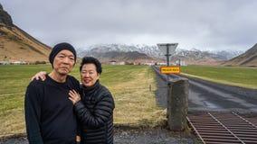 Les couples supérieurs asiatiques voyagent avec la visite à l'amusement de l'Islande Image libre de droits