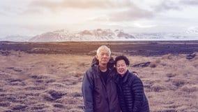 Les couples supérieurs asiatiques voyagent avec le voyage d'amusement de l'Islande de visite Photos stock