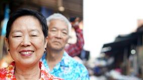 Les couples supérieurs asiatiques voyagent en Thaïlande croisant sur le bateau dans f Photo stock