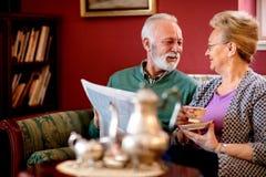 Les couples supérieurs dans l'amour apprécient dans la retraite Photographie stock
