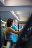 Les couples supérieurs de bel ajustement dans faire de gymnase cardio- établissent Photographie stock