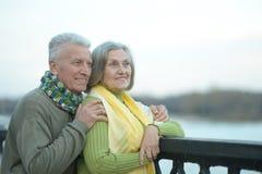 Les couples supérieurs heureux s'approchent de la rivière Photos stock