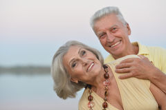 Les couples supérieurs heureux s'approchent de la rivière Image stock