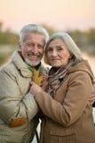 Les couples supérieurs heureux s'approchent de la rivière Photographie stock