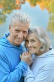 Les couples supérieurs heureux s'approchent de la rivière Photo stock