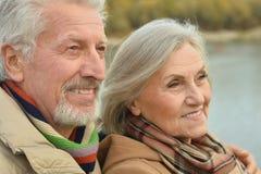 Les couples supérieurs heureux s'approchent de la rivière Images libres de droits