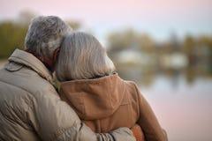 Les couples supérieurs heureux s'approchent de la rivière Photos libres de droits