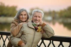 Les couples supérieurs heureux s'approchent de la rivière Image libre de droits