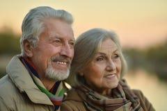 Les couples supérieurs heureux s'approchent de la rivière Photographie stock libre de droits