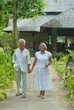 Les couples supérieurs s'approchent de la station de vacances d'hôtel Images stock